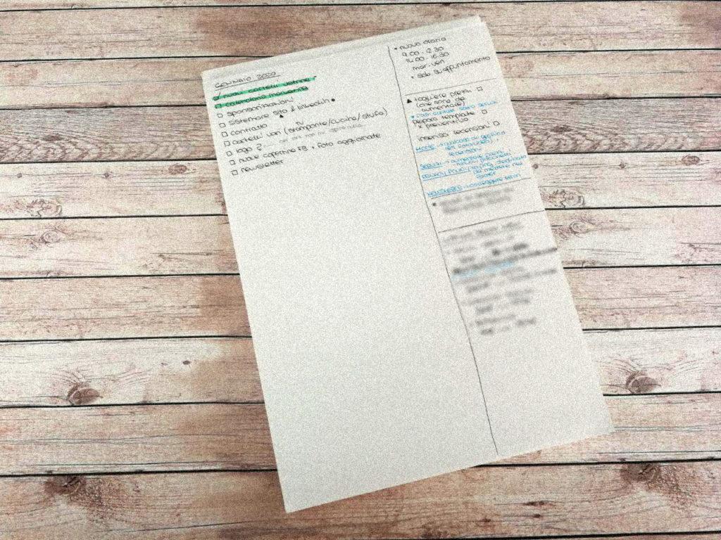 Lista di cose da fare scritte su un foglio bianco formato A4, organizzate in diversi colori.